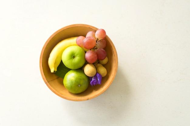 Een houten mand vol met fruit