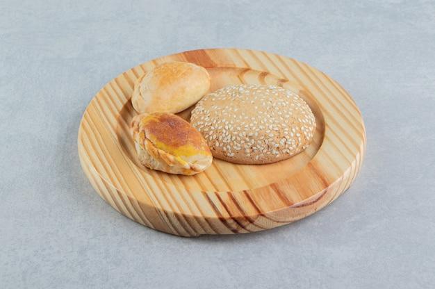 Een houten plank met zoete heerlijke gebakjes.