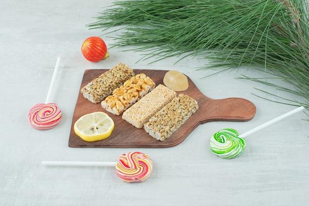 Een houten plank van brosse pinda en schijfje citroen. hoge kwaliteit foto