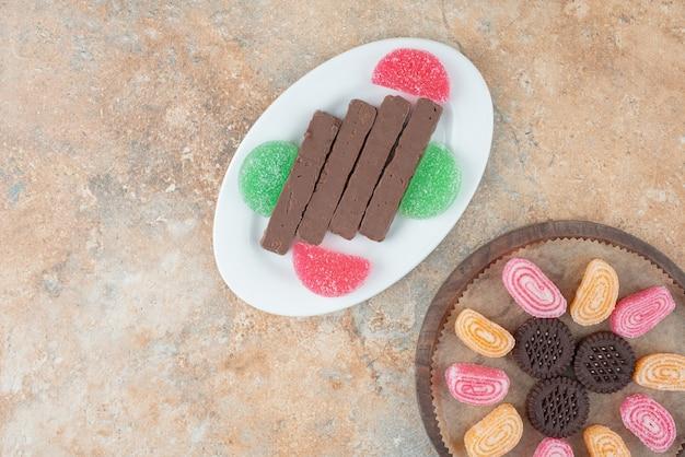 Een houten plank vol marmelade en koekjes