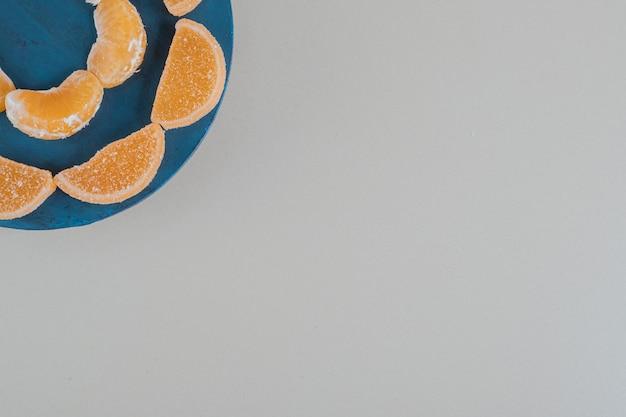 Een houten plankje met sinaasappelsuikerconfituur.