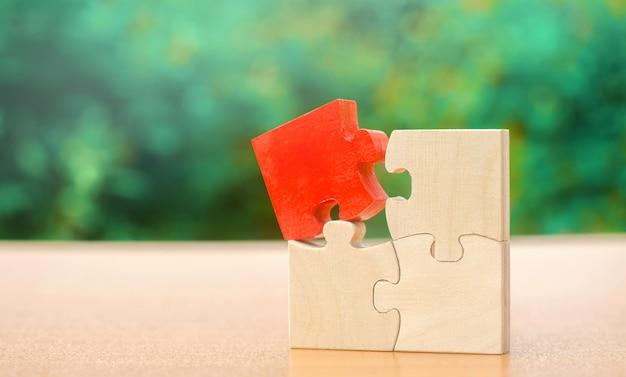 Een houten puzzel is anders dan de rest. individueel adviesconcept.
