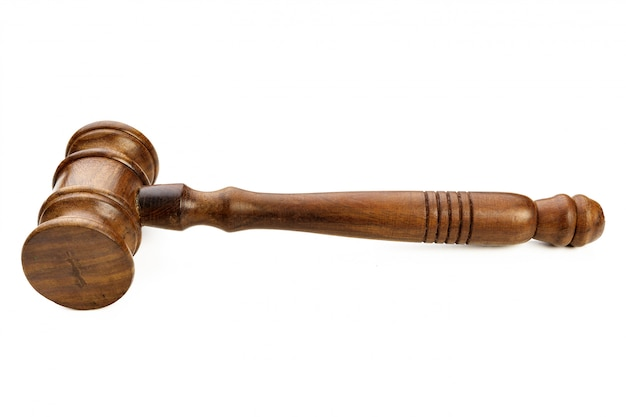 Een houten rechtershamer die op wit wordt geïsoleerd