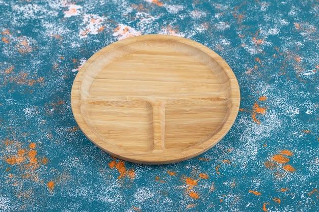 Een houten schaal met drie stukken erin