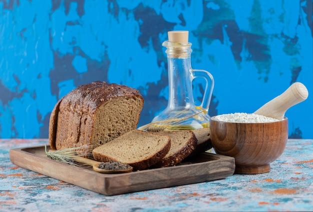 Een houten snijplank met sneetjes brood