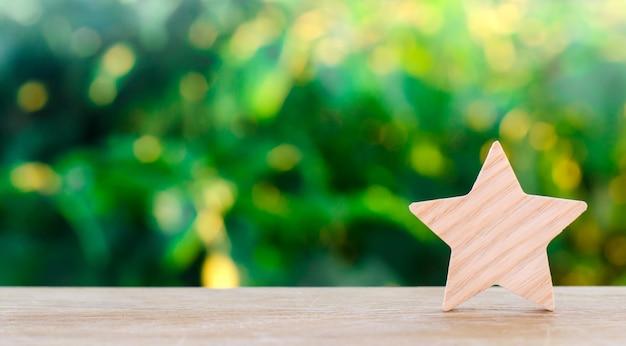 Een houten ster. rating hotel, restaurant, hotel. overzicht. waardering van de criticus.