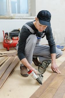 Een houten vloer plaatsen.