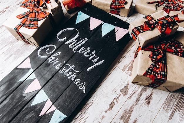 Een houten zwarte tafel leunt op de houten vloer met aan de zijkanten nieuwjaarskado's