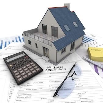 Een huis bovenop een tafel met hypotheekaanvraagformulier, rekenmachine, blauwdrukken, etc ..