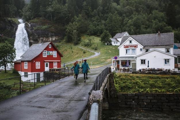 Een huis in noorse stijl met een waterval