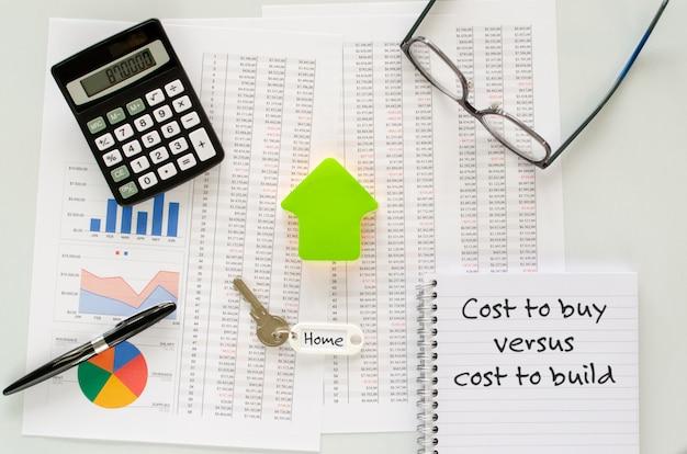 Een huis kopen of bouwen, concept voor het berekenen en nemen van een beslissing