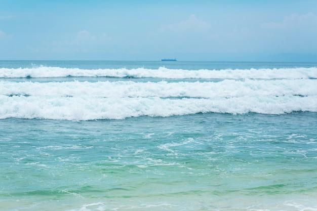 Een ideaal tropisch zandstrand om te surfen op de oceaan. prachtig helder turkoois water en golven.