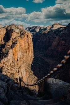 Een ijzeren ketting die de rotsen van het zion national park in springdale, vs verbindt