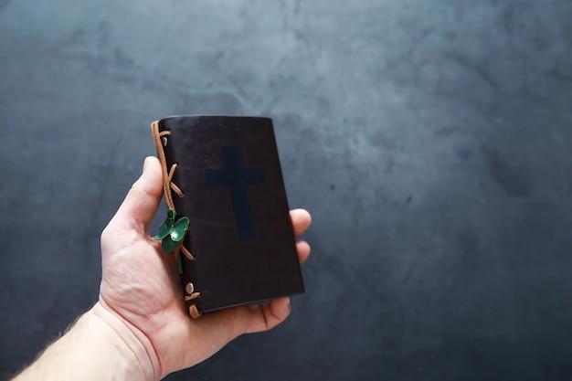 Een in leer gebonden bijbel op tafel. religieuze christelijke ierse viering. klavertje vier symbool van geluk.