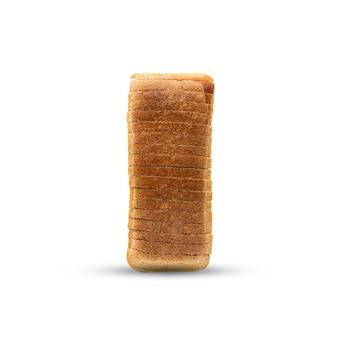 Een in plakjes gesneden brood ligt op tafel, isoleert op een witte achtergrond