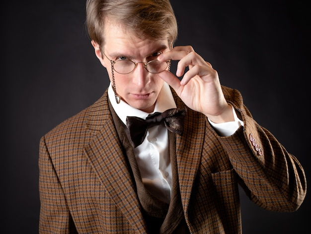 Een intelligente heer in victoriaanse stijl. vintage retro