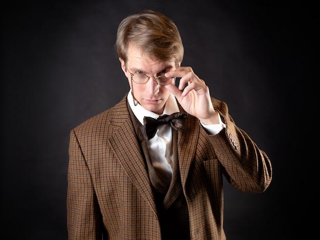Een intelligente heer in vintage retro-stijl in victoriaanse stijl