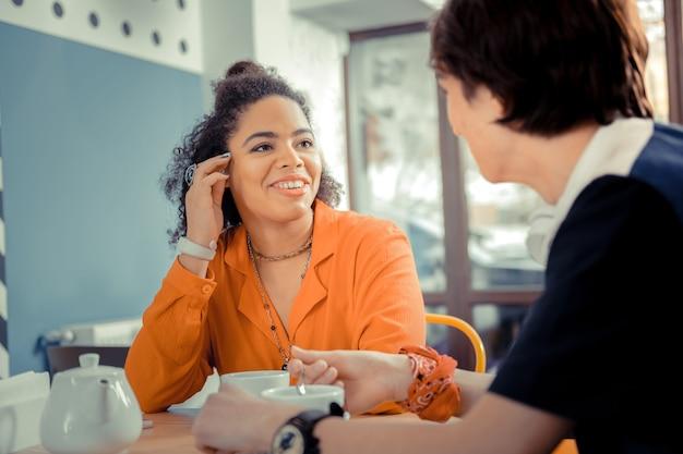 Een interessant gesprek. het meisje praat met haar partner tijdens de date in een café