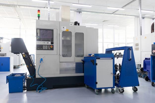 Een interieurfoto van de productie van metalen delen in moderne installaties
