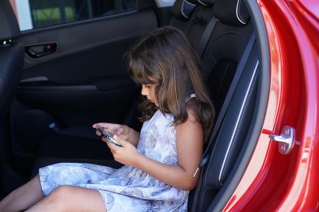 Een italiaans meisje kijkt en gebruikt een smartphone