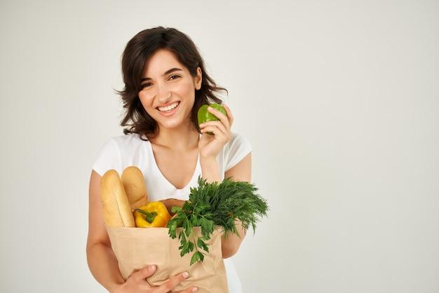 Een item in een wit t-shirt een tas met boodschappen groenten winkelen in een supermarkt