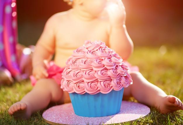 Een jaar oud meisje eet haar eerste cake