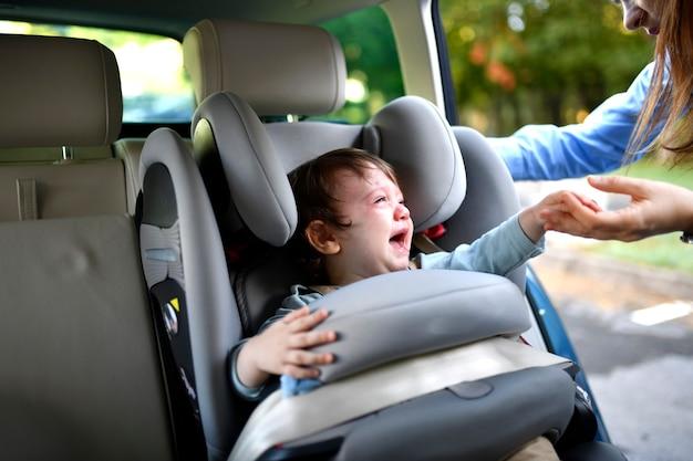 Een jaar oude baby huilt ongecontroleerd wanneer hij in het autostoeltje zit en wordt zijn moeder genoemd