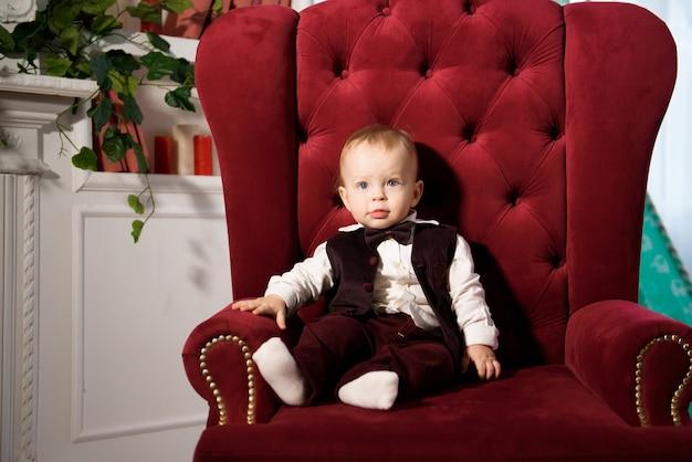 Een jaar oude vrolijke babyjongen speelt thuis. portret van een schattige speelse baby.