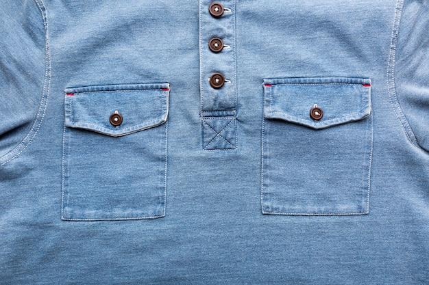 Een jeanszakken met plastic knoop