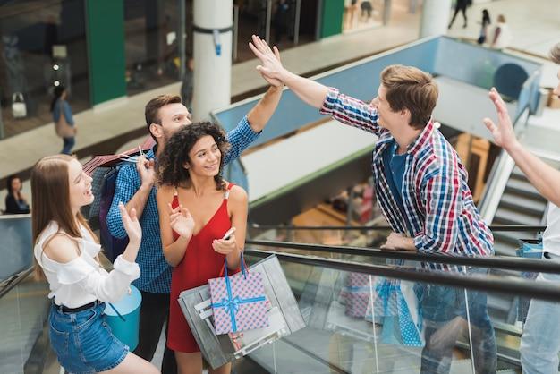 Een jong bedrijf ontmoette elkaar in het winkelcentrum op zwarte vrijdag.