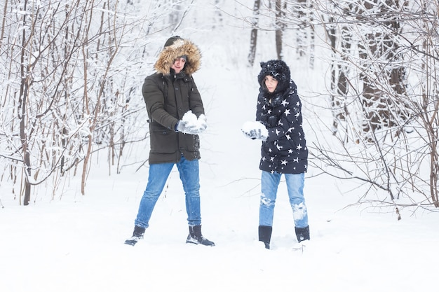 Een jong en mooi stel heeft plezier in het park in de winter