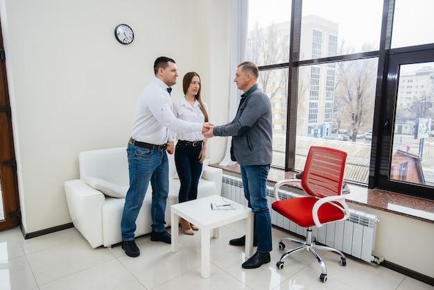 Een jong gelukkig getrouwd stel van mannen en vrouwen praten met een psycholoog tijdens een therapiesessie. psychologie.