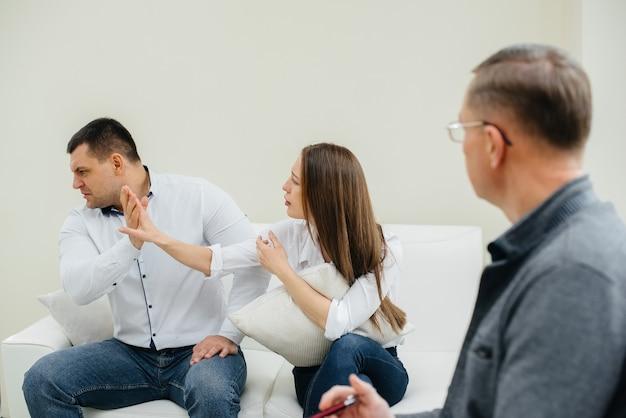 Een jong getrouwd stel van mannen en vrouwen praat tijdens een therapiesessie met een psycholoog. psychologie.