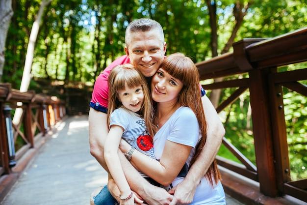 Een jong gezin, een zwangere moeder, vader, dochter