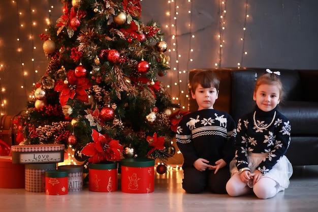 Een jong gezin met kinderen versiert het huis voor de vakantie. oudjaarsavond. wachten op het nieuwe jaar.