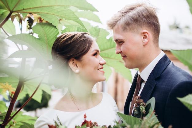 Een jong koppel in bruiloft kleding op een zonnige herfstdag