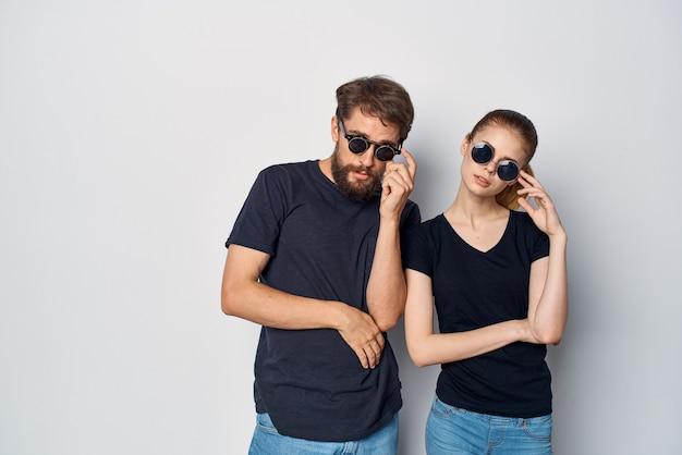 Een jong koppel samen socialiseren poseren mode geïsoleerde achtergrond. hoge kwaliteit foto