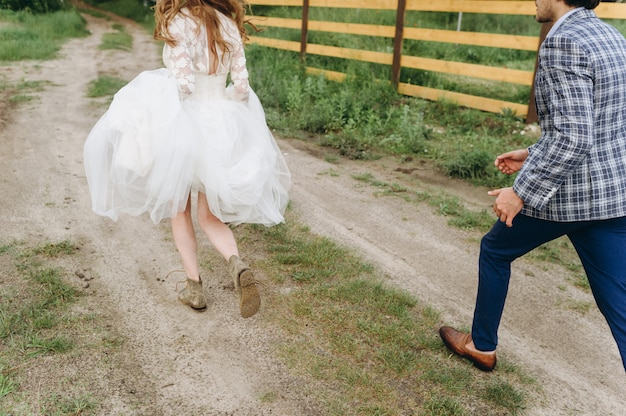 Een jong koppel van bruiden wandelen in het dennenbos
