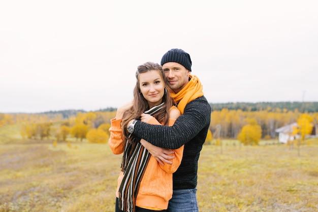 Een jong koppel verliefd poseren in een herfstdag