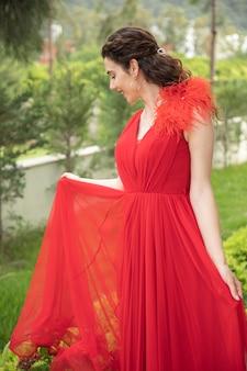 Een jong meisje in een elegante rode jurk