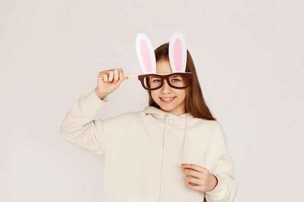 Een jong meisje in een masker-bril met konijnenoren