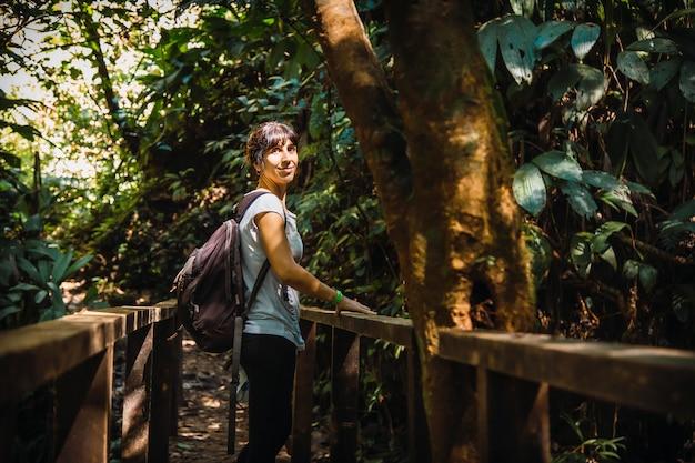 Een jong meisje op een brug in het cerro azul meambar national park (panacam) op lake yojoa. honduras
