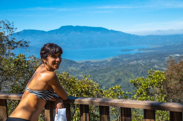 Een jong meisje op het uitkijkpunt van het cerro azul meambar national park (panacam) op lake yojoa. honduras
