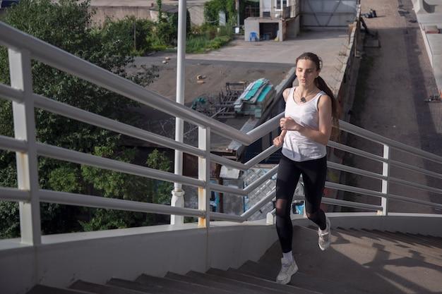 Een jong meisje rent de trap op