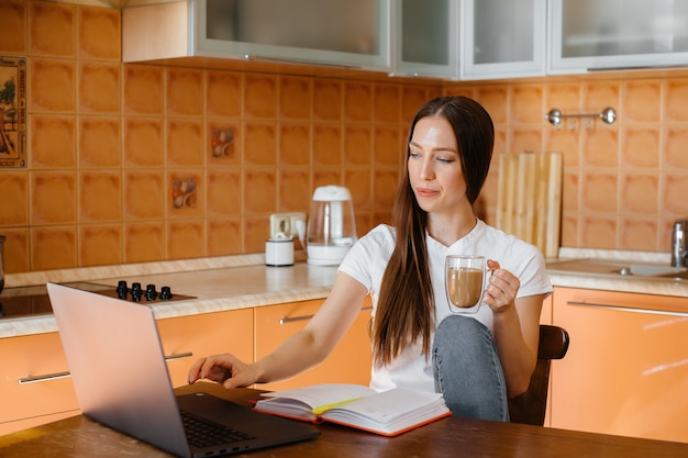 Een jong meisje werkt thuis op een afgelegen locatie. afstand leren. blijf thuis.