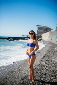 Een jong sexy meisje rust op de oceaan op een zonnige dag. recreatie, toerisme
