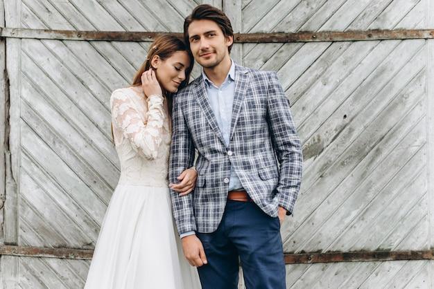 Een jong stel bruiden heeft plezier en wandelen in het veld buiten