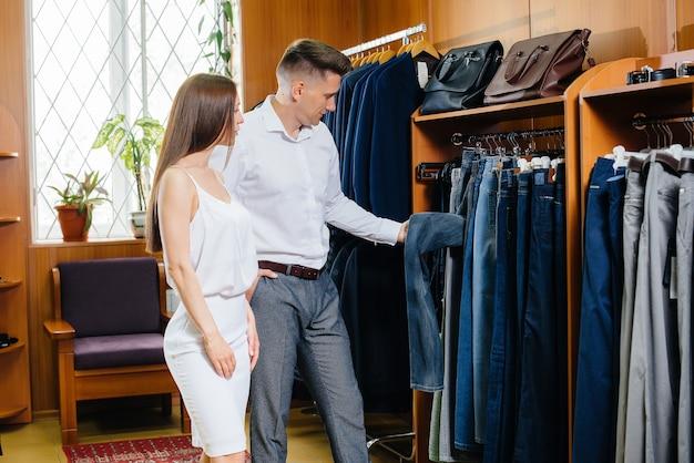 Een jong stel gaat winkelen en haalt een mannenpak op.