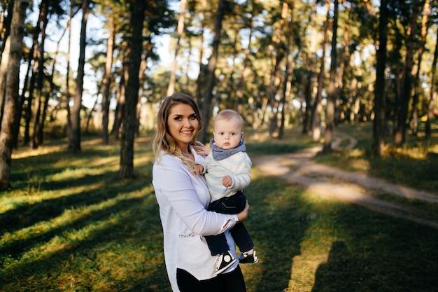 Een jong stel loopt in het bos met een kleine jongen