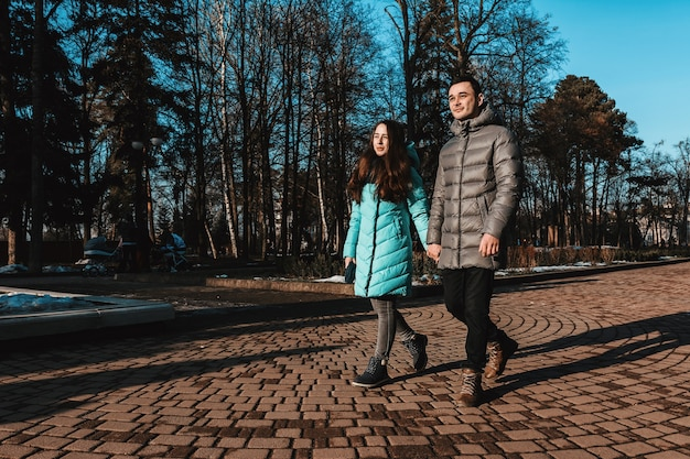 Een jong stel loopt in het stadspark van de stad op de dag van valentijn.